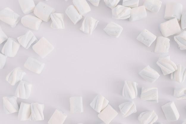 Malvaviscos blancos sobre mesa