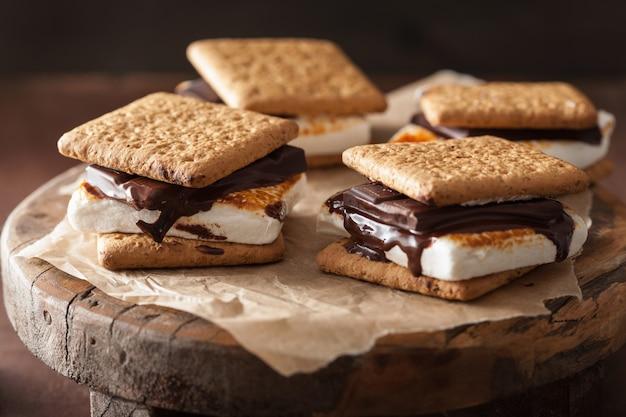 Malvaviscos caseros s'mores con chocolate en galletas