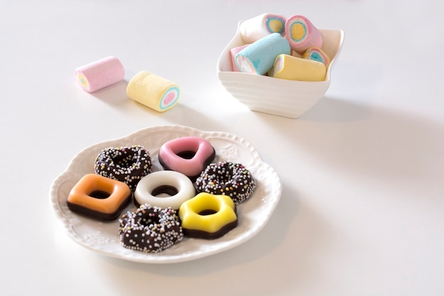 Malvaviscos y galletas de diferentes colores.