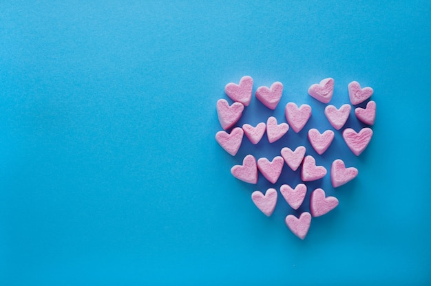 Malvaviscos rosa en forma de corazón apilados aislados