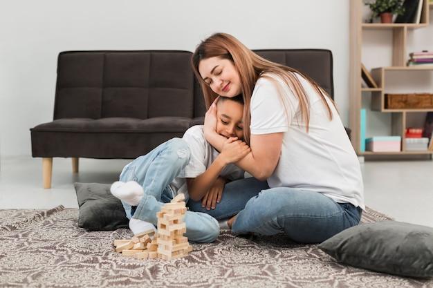 Mamá abrazando a su niño pequeño