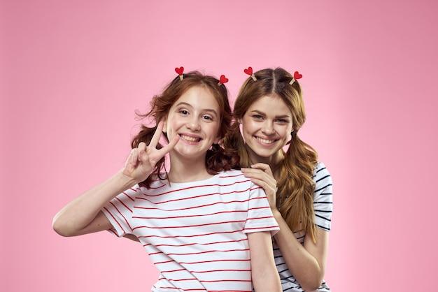 Mamá alegre e hija divirtiéndose juntos