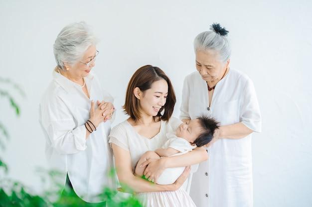Mamá asiática con un bebé y dos mujeres mayores