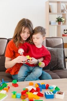 Mamá ayudando a hijo a jugar