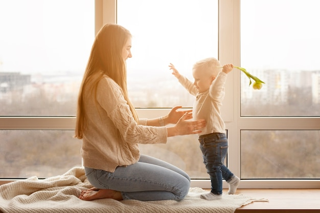 Mamá y bebé niño jugando