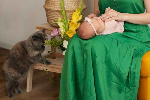 Mamá y bebé recién nacido en casa.