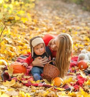 Mamá y bebé sentados en una manta de picnic