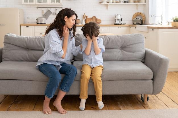 Mamá cariñosa apoyando al pequeño hijo en edad preescolar