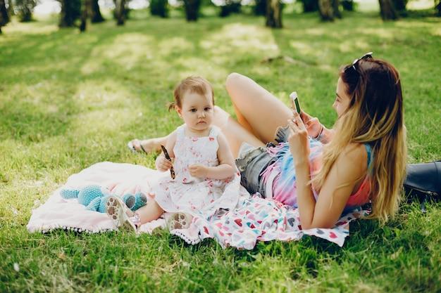 Mamá descansando con su hija