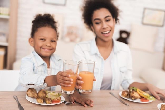 Mamá e hija comen juntas en la cocina.