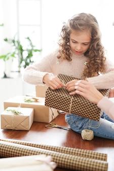 Mamá e hija envolviendo regalos