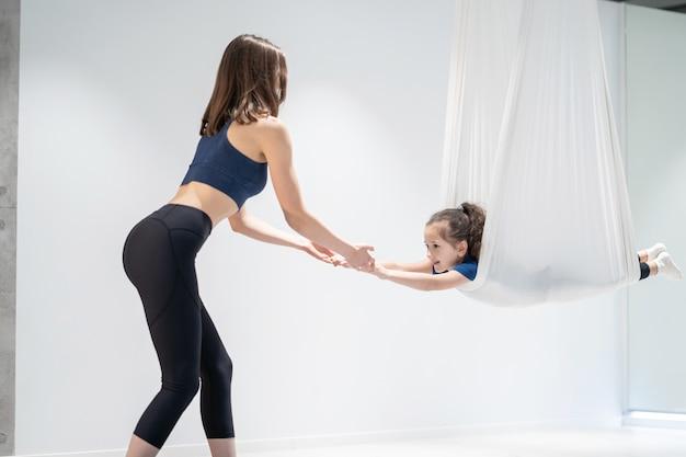 Mamá e hija están haciendo yoga