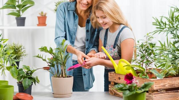 Mamá e hija en invernadero