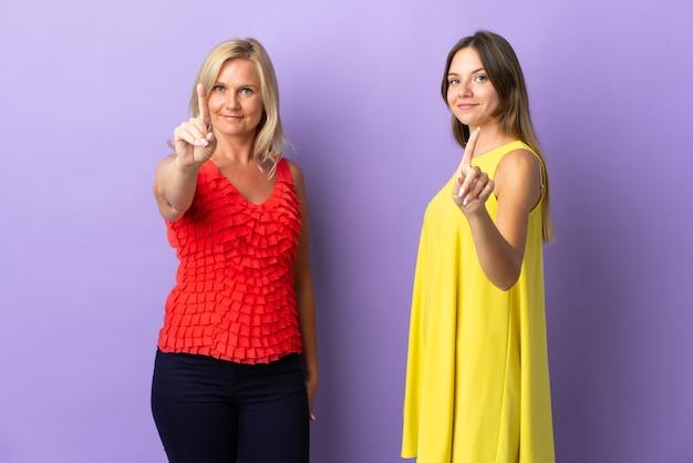 Mamá e hija mostrando y levantando un dedo