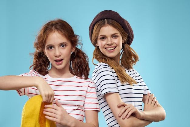 Mamá e hija posando se divierten y sonríen, familia feliz, dos hermanas, la imagen de francia y parís, boinas en la cabeza