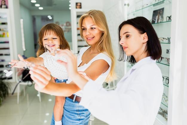 Mamá e hija en la tienda de óptica