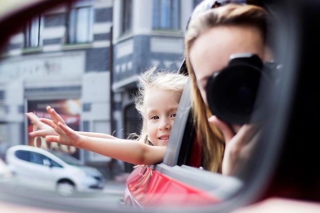 Mamá e hija viajan en auto