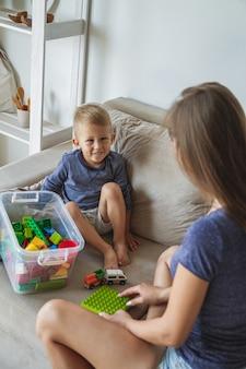 Mamá e hijo jugando juntos, juguetes de bloques de construcción