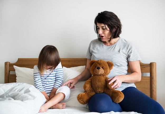 Mamá embarazada hablando con el concepto de consolación hija