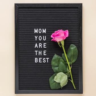 Mamá eres la mejor inscripción con rosa a bordo.