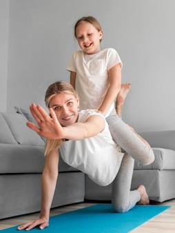 Mamá haciendo deporte con chica
