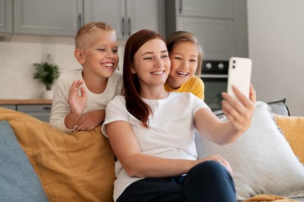 Mamá haciendo una videollamada familiar con sus hijos.