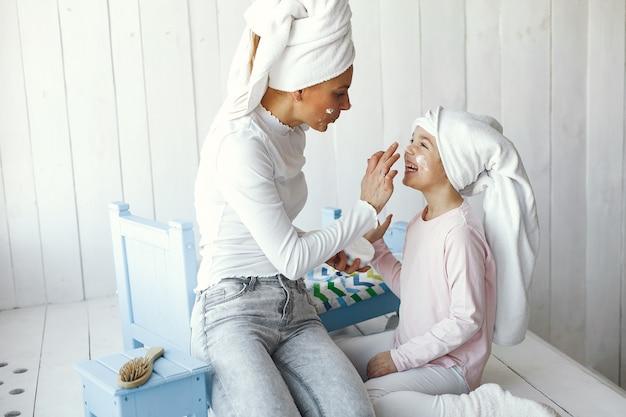 Mamá jugando con cosméticos con su hija.