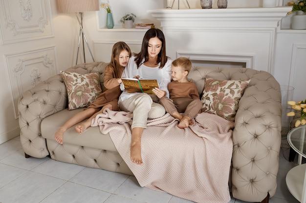 Mamá lee un libro a los niños
