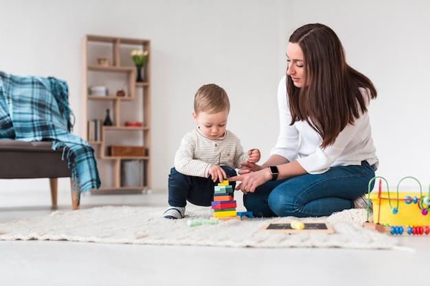 Mamá y niño jugando en casa