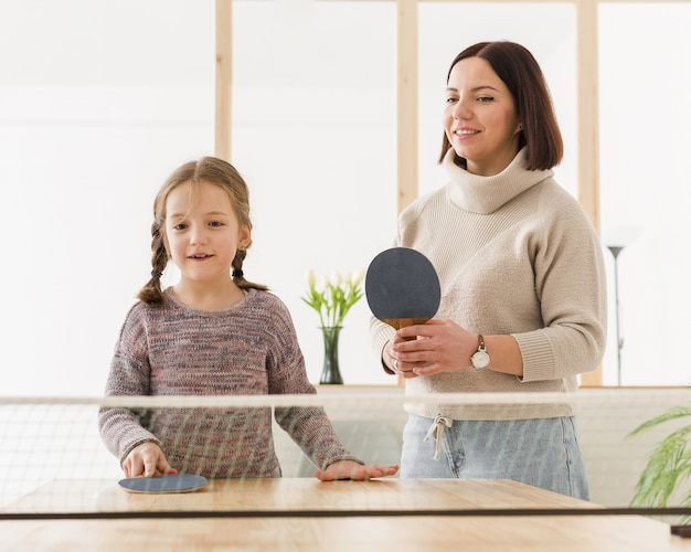 Mamá y niño jugando tenis de mesa
