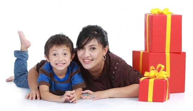 Mamá y niño con una pila de regalos.