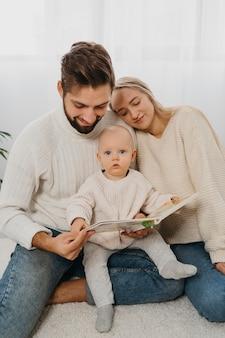 Mamá y papá con bebé en casa