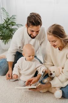 Mamá y papá pasan tiempo con su bebé.