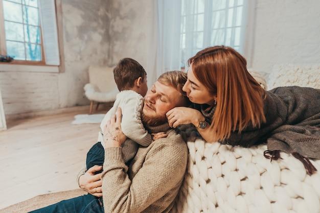Mamá, papá y pequeño hijo pasan tiempo juntos