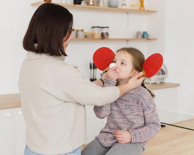 Mamá siendo juguetona con adorable hija