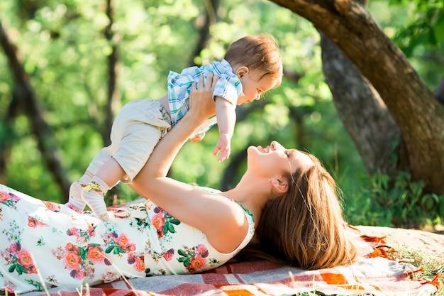 Mamá con su hijo en el parque