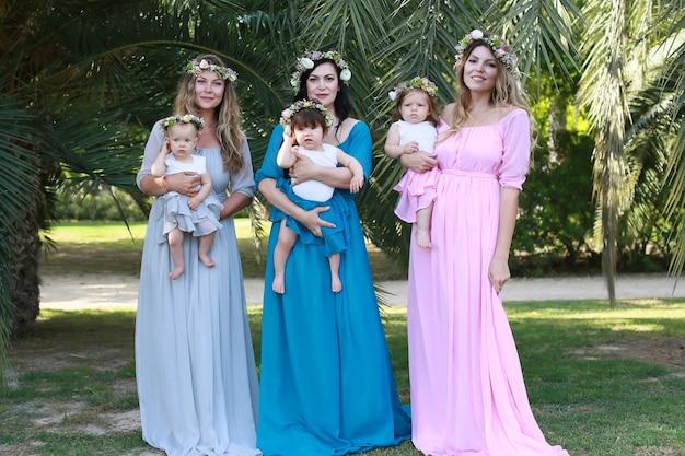 Mamás amigables. tres madres en el parque con bebés.
