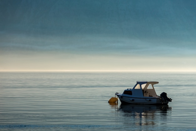 Mañana en la bahía de kotor. barco en la bahía de kotor. montenegro