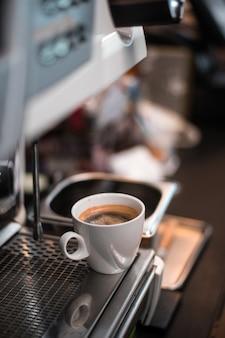 Mañana de café negro en cafetera