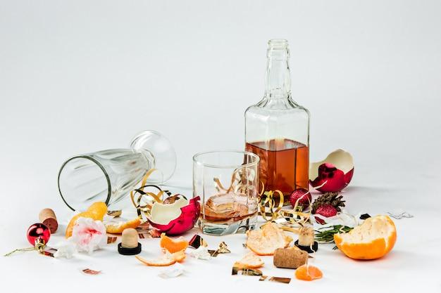 Mañana después del día de navidad, mesa con alcohol y sobras