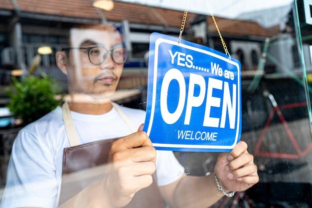 Por la mañana, el dueño de una tienda de pequeñas empresas vino a abrir la tienda.