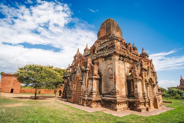 Mañana hermosa templos antiguos y pagoda en la zona arqueológica, punto de referencia y popular para las atracciones turísticas y destino en bagan, myanmar. concepto de viaje de asia