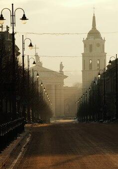 Mañana de invierno en vilnius, lituania, calle vacía