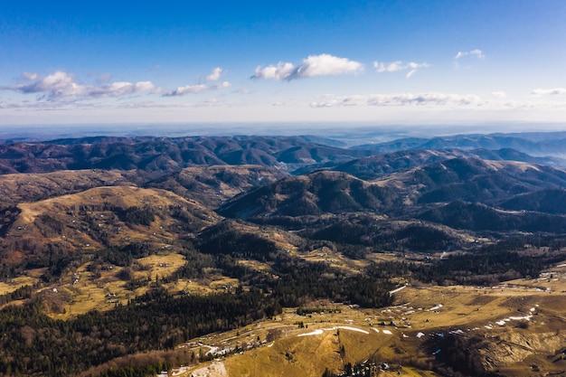 Mañana en la montaña. ucrania de los cárpatos, vista aérea.