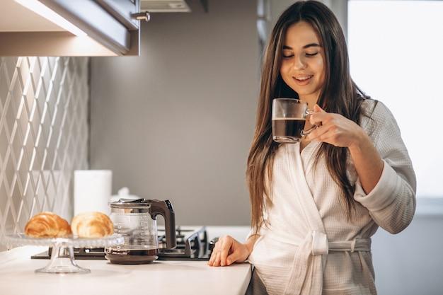 Mañana de mujer con café y croissant.