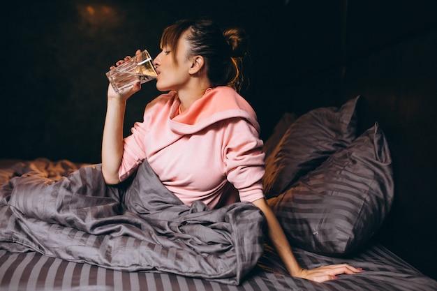 Mañana de la mujer en la cama