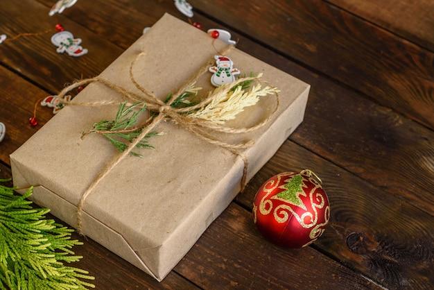 Mañana de navidad con café aromático, regalos, panes de jengibre y el ambiente festivo.