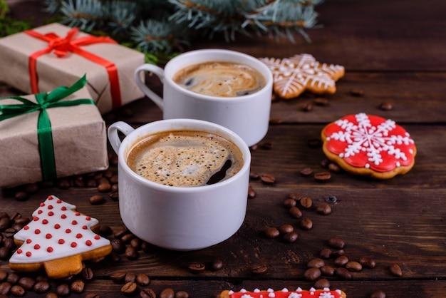 Mañana de navidad con fragantes cafés y regalos.