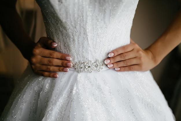 Mañana de la novia cuando ella lleva un hermoso vestido.