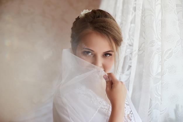 Mañana novia, mujer preparándose para la boda